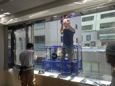 日本橋 高所作業者によるガラス交換